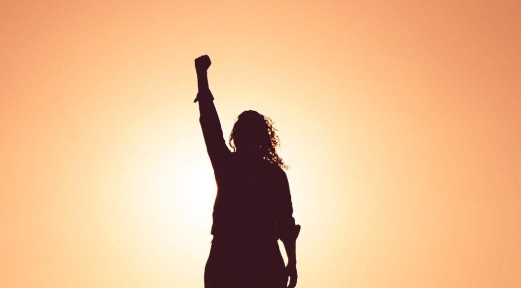 シゴトで成功したガッツポーズの女性