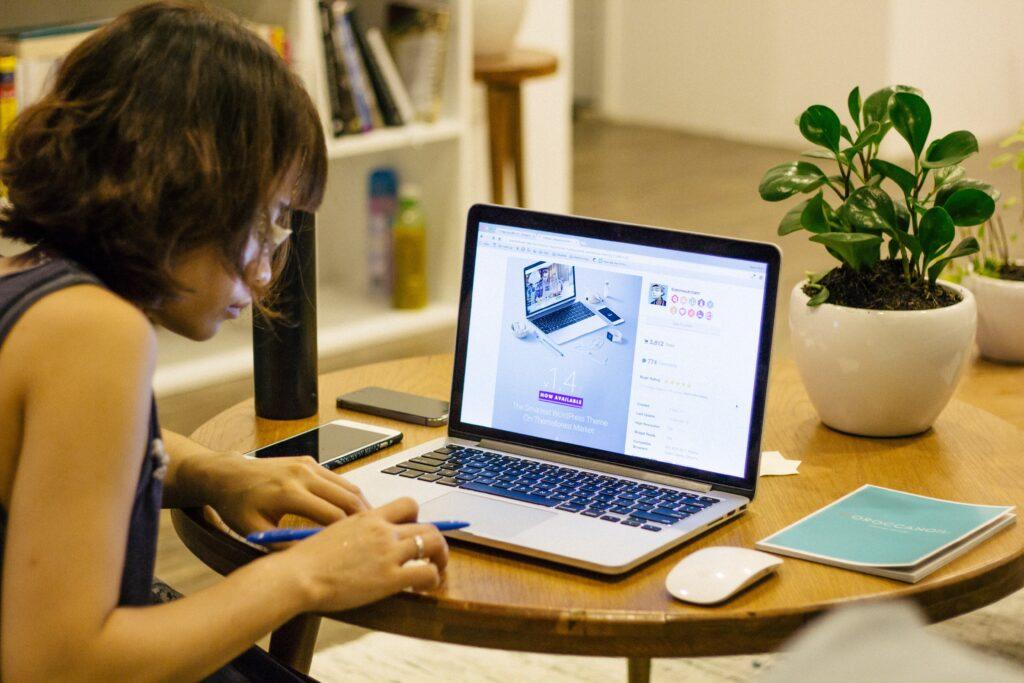 オンラインビジネスをする女性起業家
